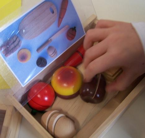 Au moment du rangement, identifier les différents éléments à placer dans la boite.